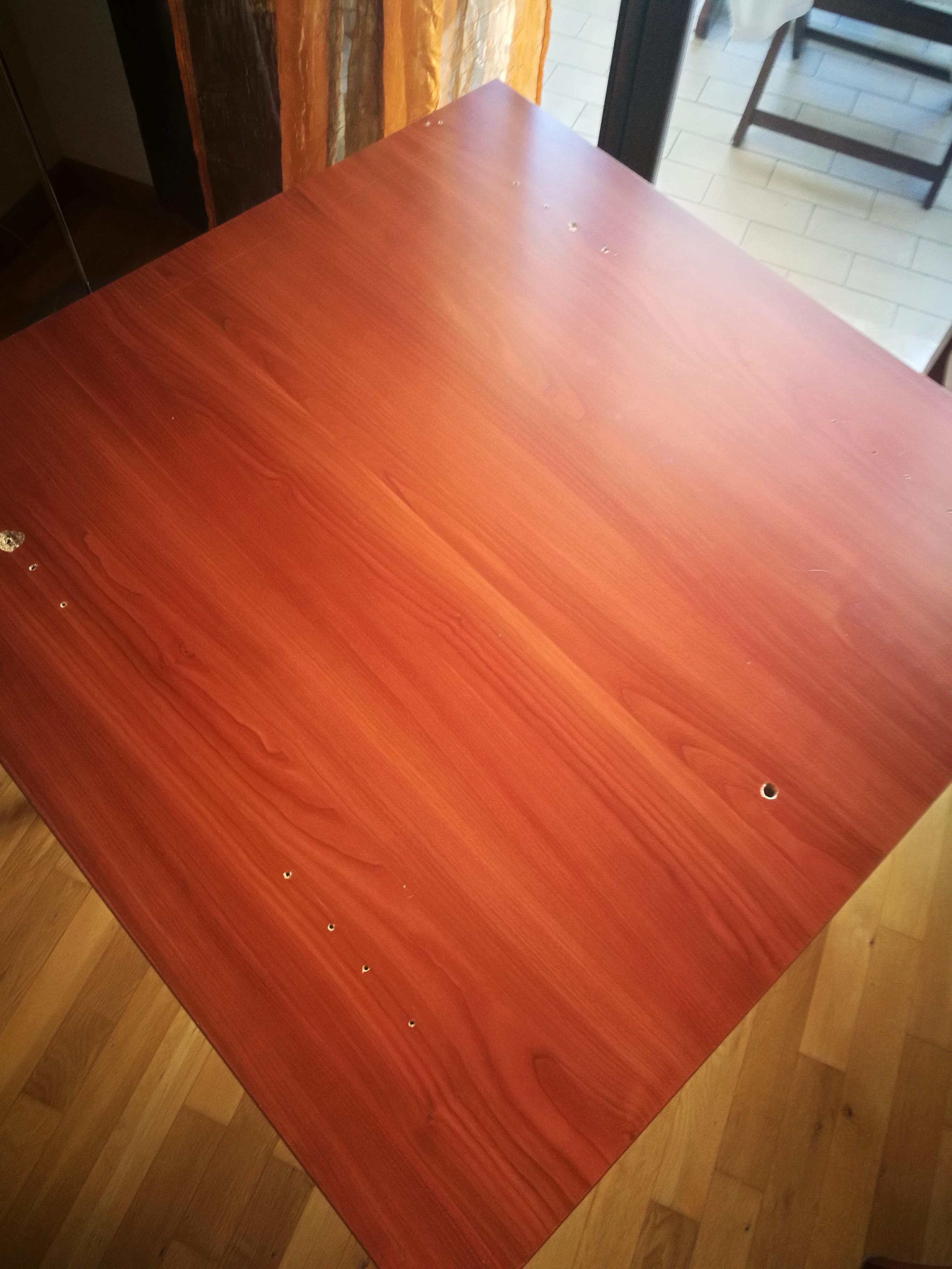 Tavolo legno con ripiano rovinato