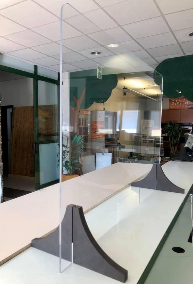 Divisori in plexiglass per uffici, negozi, aziende